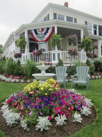 By The Sea Bed and Breakfast: Roger's beautiful flowers with chairs to enjoy the view