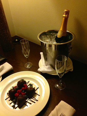 Hotel Valencia Riverwalk: Champagne & Strawberries