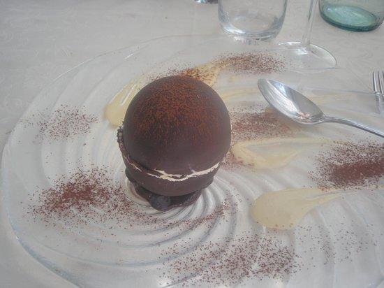 Ristorante Il Gabbiano: sfera di cioccolato con semifreddo al rhum e salsa al tabacco