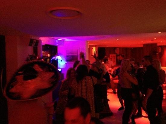 كوميون - جولد كوست: the bar