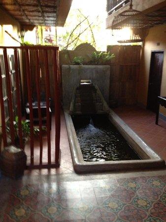 Maison Dalabua Hotel: Fonte do lado do quarto