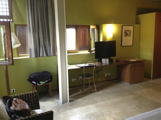 Hospederia Conventual de Alcantara: Desk area of room
