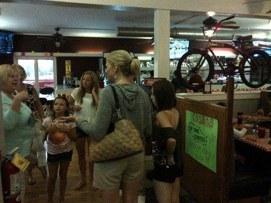 Cosmo's Pizzeria: Interior