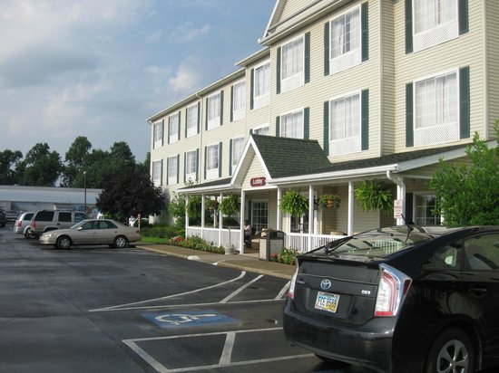 Coshocton Village Inn & Suites: Front of hotel