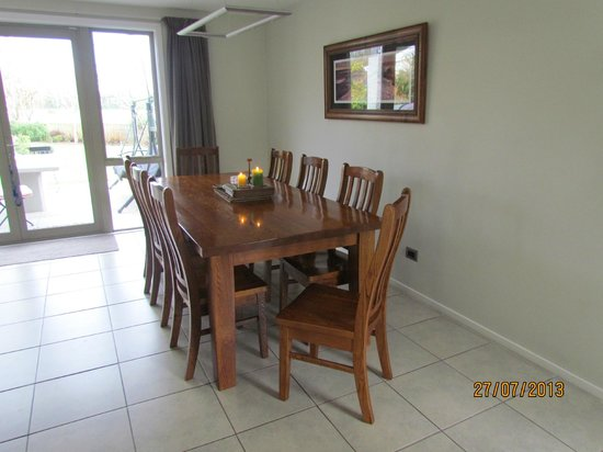 Airport Guesthouse Bed & Breakfast: Family shared dining room