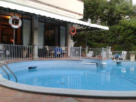 Hotel Kyrton : Relax a bordo piscina