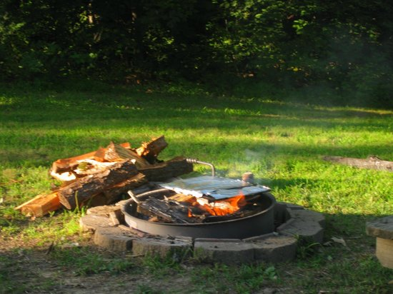 Shawnee Lodge and Conference Center: BBQ at cabin