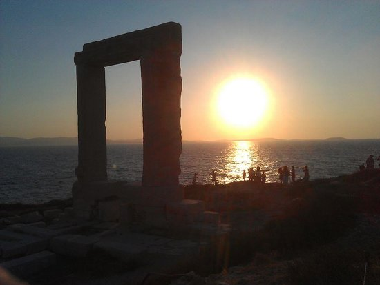 Ciudad de Naxos, Grecia: Sunset on the Portara hill.