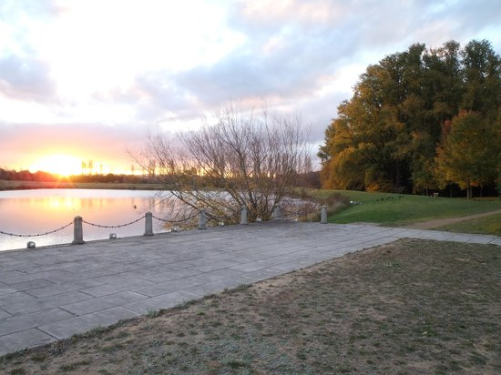 MONA Country Manor House: Sunset over the lake