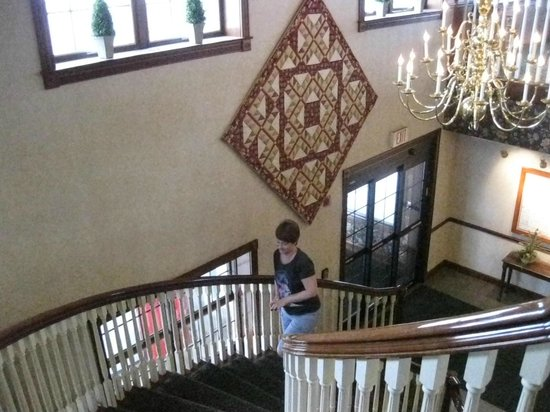 Carlisle Inn: Staircase to breakfast area
