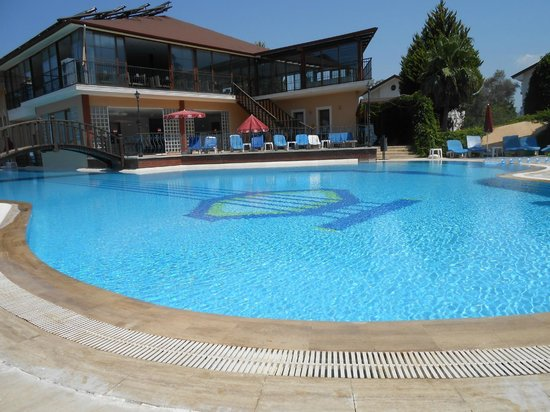 Hotel Destan: empty pool - never a fight for beds!