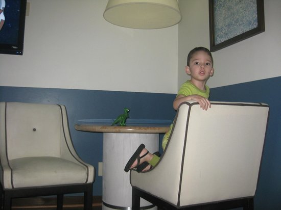 Suites Del Angel: My kid in the family room table