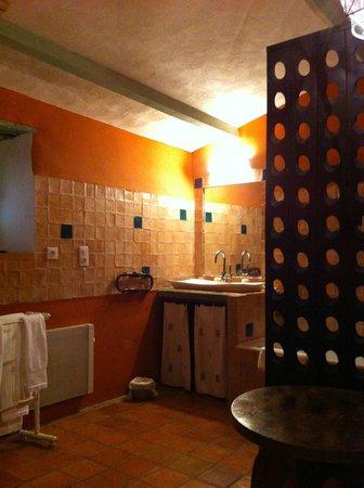 Au Ralenti du Lierre : Huge bathroom and dressing area
