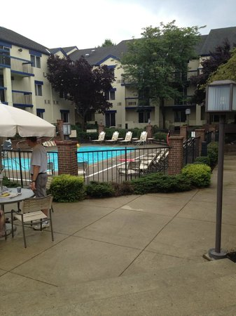 Holiday Inn Express Hotel & Suites Pittsburgh Airport: Pool area seemed nice enough
