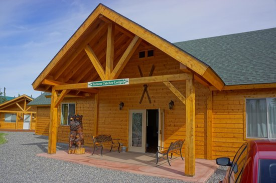 Salmon Catcher Lodge: Main lodge entrance