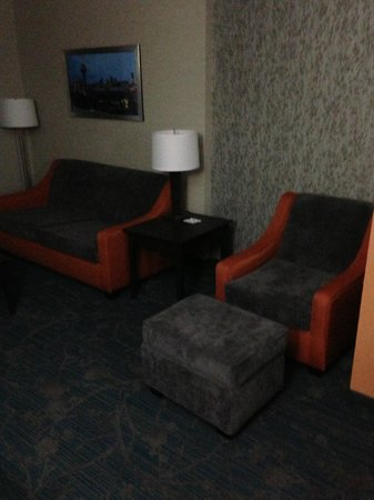 Holiday Inn Express Hotel & Suites Knoxville West - Papermill Dr: Comfortable seating area in the room