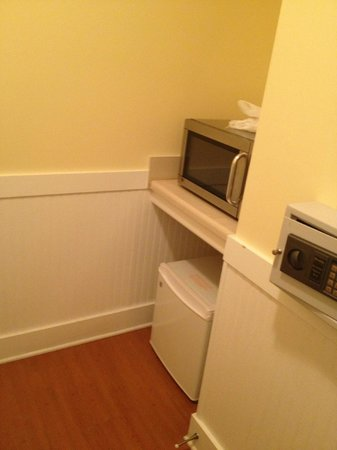 Topsail Shores Inn: Small refrigerator and microwave