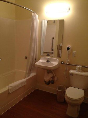 Topsail Shores Inn: Handicap bathroom
