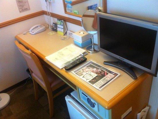 Toyoko Inn Fukuoka Tenjin : 部屋のデスクです。