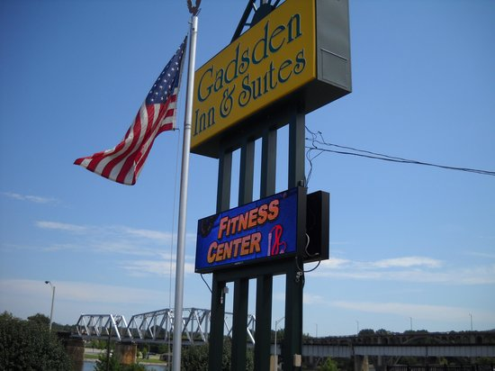 Gadsden Inn & Suites: sign out front