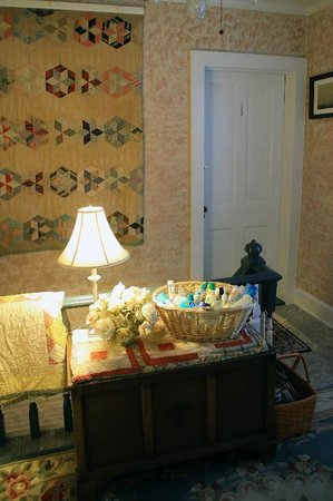 Island House of Wanchese Bed and Breakfast : Upstairs hallway and stairway