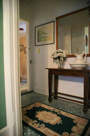 Island House of Wanchese Bed and Breakfast : Entranceway into Zena's Room from the upstairs hallway