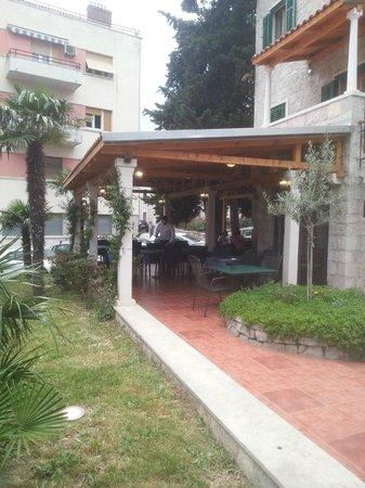 Hotel Villa Diana : outside dining area