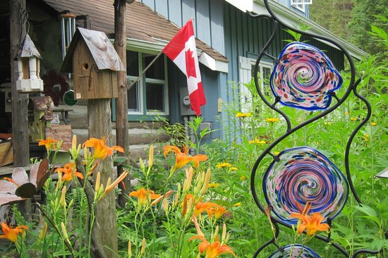 Dwight, Canada: Garden at the Oxtongue Craft Cabin