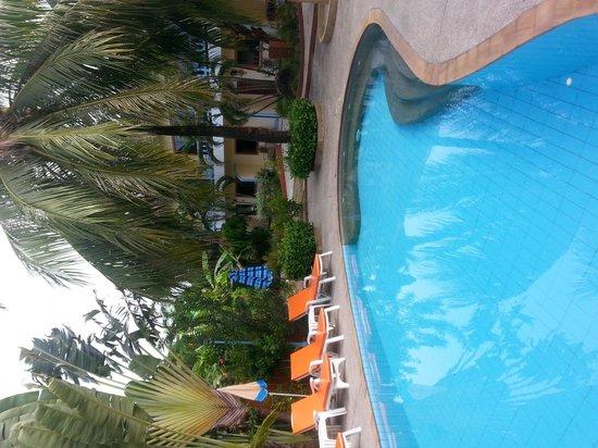 Club Coconut Resort: pool area