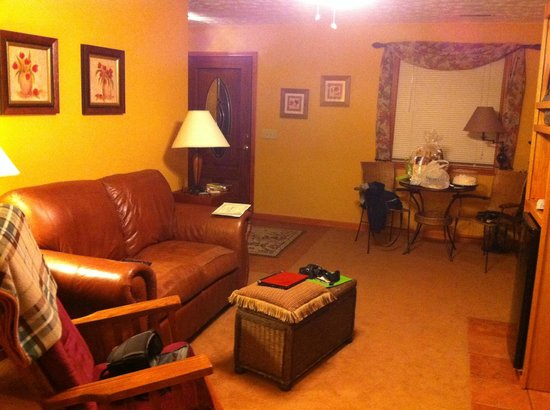 Berry Springs Lodge: Living room..Very nice!!