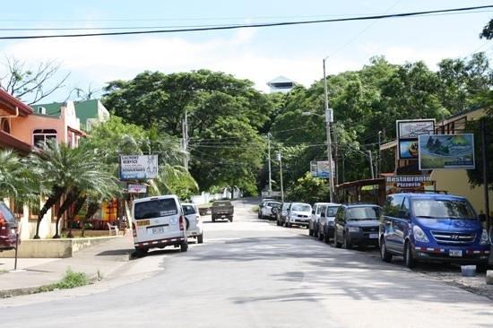 Hotel Giada: De entree van Sámara met rechts het hotel