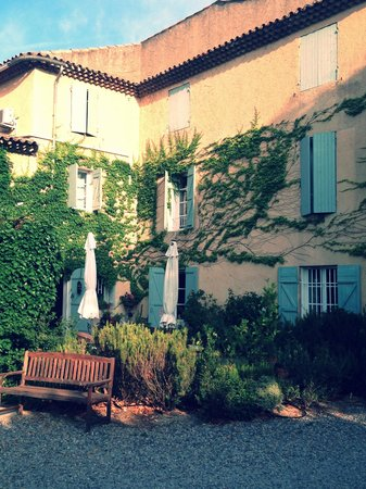 Le Clos Des Freres Gris : Patio for happy hr of complimentary wine, local olives & snacks