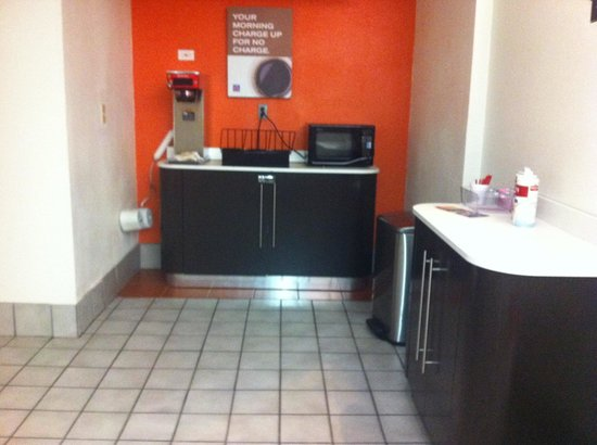 Motel 6 West Plano- Frisco: 6am coffee station