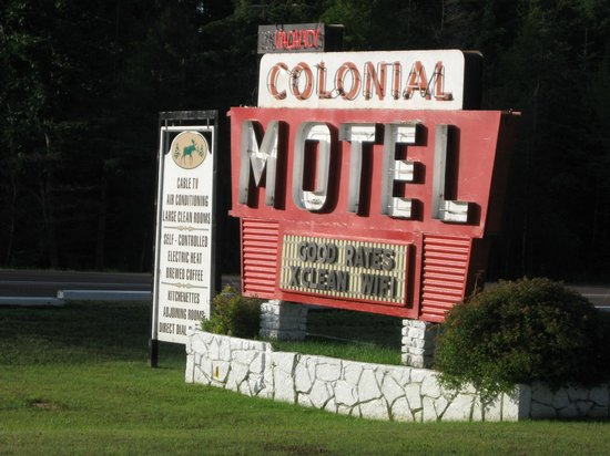 Colonial Motel : Colonial Sign Manistique Mi