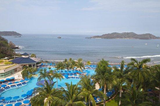 Azul Ixtapa Beach Resort & Convention Center: Vista desde el balcon de mi habitacion ,al frente la isla Ixtapa.