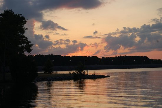 Inn at Pickwick Landing: sunset