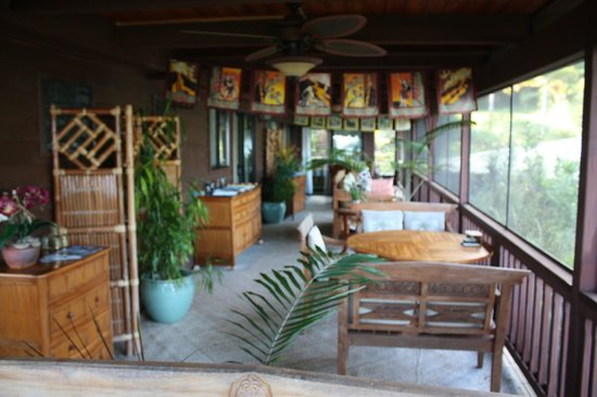 Aloha Guest House: huge screened in sitting area off the bedrooms