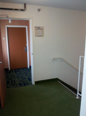 Fairfield Inn Dubuque : Strange alcove--Interior view when standing in the door of RM 321
