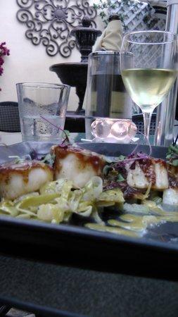 Finchs Bistro & Wine Bar: Scallops dish