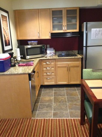 Residence Inn Cincinnati Blue Ash: Kitchen