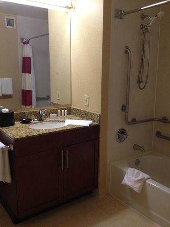 Residence Inn Cincinnati Blue Ash: Bathroom (handicap accessible)