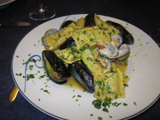 Trattoria Via dell'Amore: mussels and clams with pasta....delicious!!