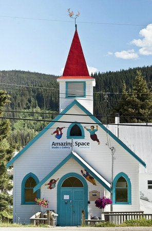 Wells, Canada: Street view of Amazing Space Studio & Gallery