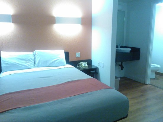 Motel 6 Auburn : updated bed, no more Motel 6 motif, hardwood flooring