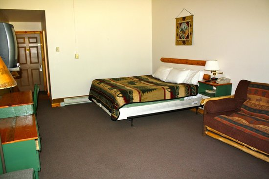 Hiawatha Lodge Inn: Tons of space around king bed