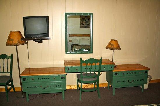 Hiawatha Lodge Inn : Plenty of drawers