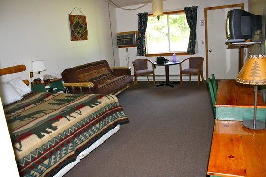 Hiawatha Lodge Inn: King bed & futon