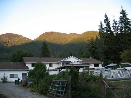 Cascade Falls Bed & Breakfast : Evening view of the mountains from property