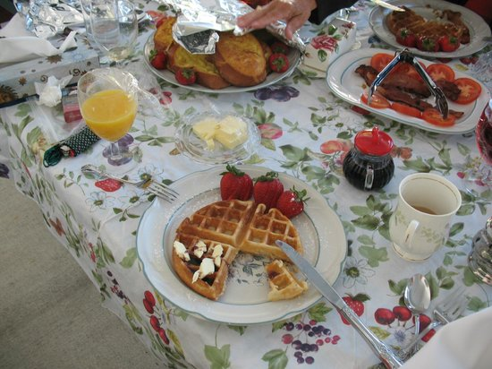 Cascade Falls Bed & Breakfast : Breakfast on patio deck
