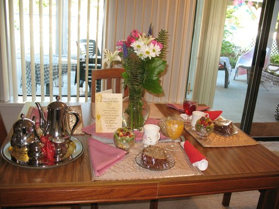 Cascade Falls Bed & Breakfast : Breakfast starter in dining room